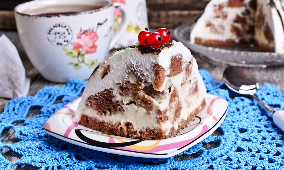 Chocolate biscuits and cream cake