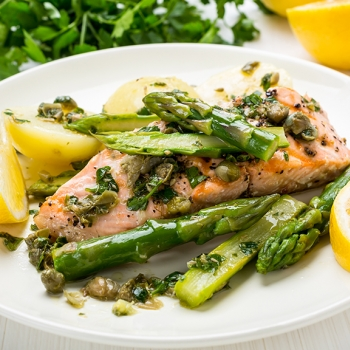 Steamed salmon and asparagus with hollandaise sauce